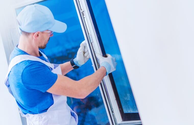 Draaikiep raam wordt geinstalleerd