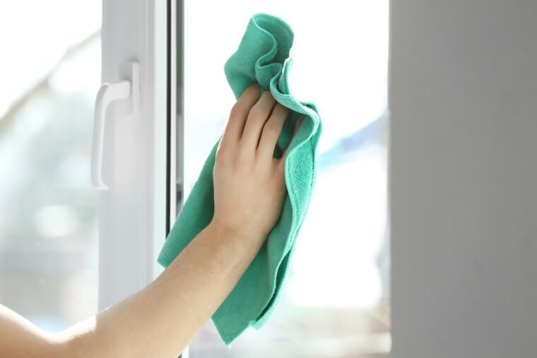 Schoonmaken kozijn raam