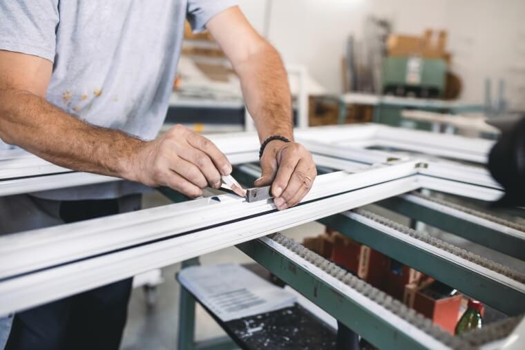 Fabriek kunststof kozijn wordt gemaakt
