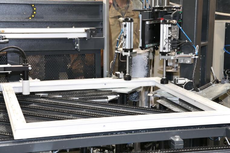 Productie witte PVC kozijnen
